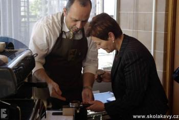 Nácvik lisování kávy v páce