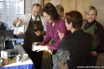 došlo také na nácvik zpracování mléka na cappuccino