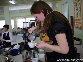 pro přípravu cappuccina využívali baristé i techniku Latte Art