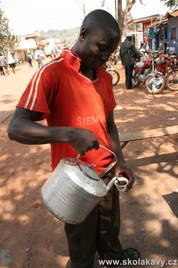 Tradiční šálek kávy tak, jak se připravuje přímo na ulici.