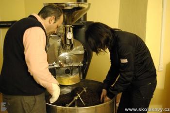 V pražírně, která slouží pouze pro účely seminářů Školy kávy