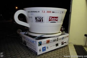 ...a Roberto přijel i s rekordním šálkem do něhož jsme připravili největší cappuccino na světě...