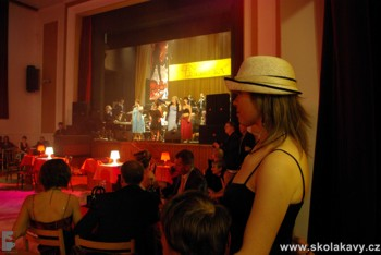 ples se nesl ve stylu Moulin rouge...