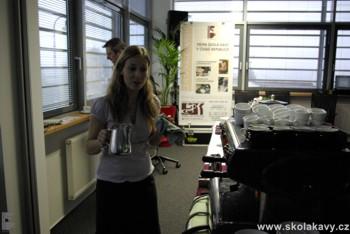 Petra připravovala nápoje s použitím kávovaru Carimali s kterým byla velmi spokojena...