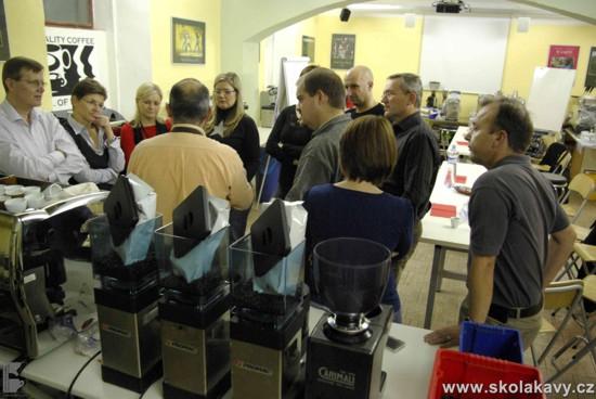 Povídání o kávě při kávovaru