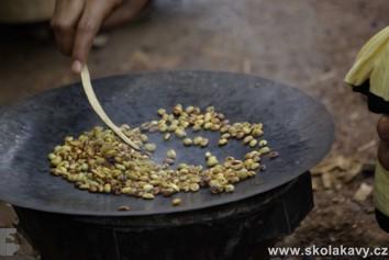 Pražení kávy při etiopském kávovém obřadu
