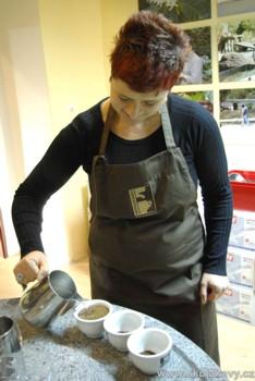 zalévání mleté kávy pro degustaci braziliana