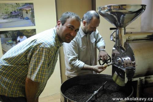 Kontrola pražení kávy pomocí manuální sondy