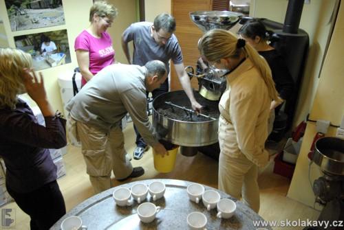 Vypouštění kávy z chladícího bubnu