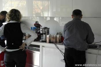 Příprava kávovarů na jeden z mnoha testů