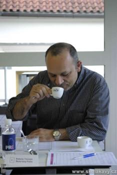Roberto Trevisan při degustaci espressa